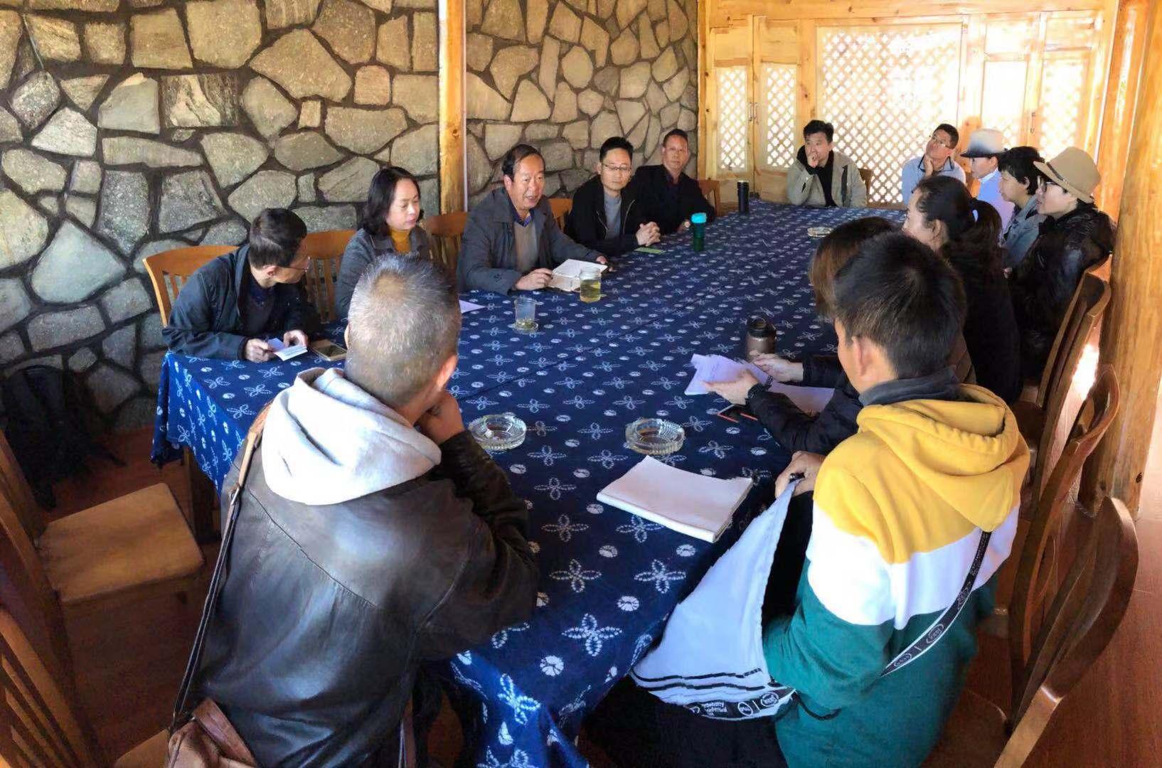到大理的乡村做客,希冀带动那里的旅游业,为此村民们召集在一起开了一个会.jpg