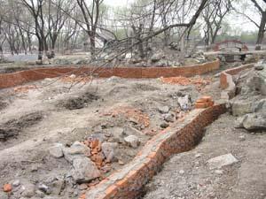 2004年圓明園在建的人工磚墻硬化堤岸.jpeg
